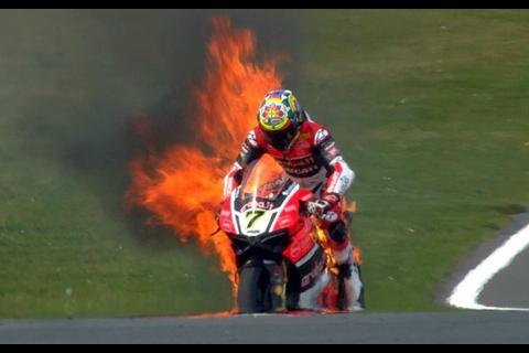 Piloto salta de su moto en llamas durante un entrenamiento