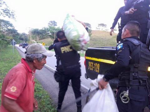 Agentes de la PNC ayudan a un agricultor a trasladar su cosecha