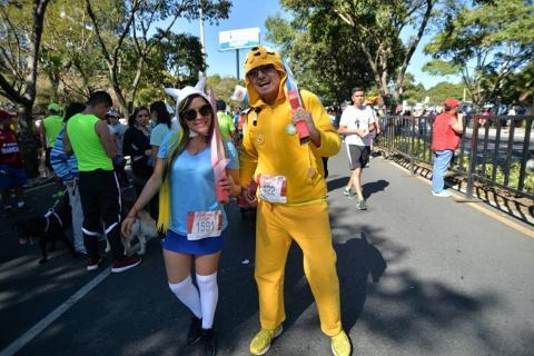 Los disfraces y el color despidieron el año en la San Silvestre