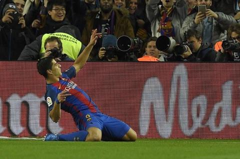 Messi y Suárez ponen al Barça con un pie en la final