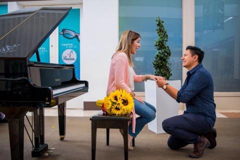Joven 502 toma el piano en centro comercial para proponer matrimonio