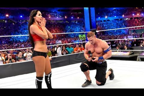 John Cena le pide matrimonio a Nikki Bella y se roba el show