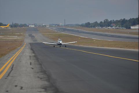 Pista del Aeropuerto La Aurora suma 15 años sin reparaciones