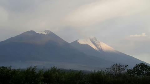 Hielo cubre el cráter del volcán de Fuego tras torrenciales lluvias