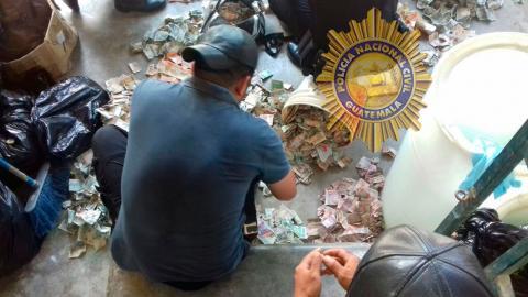 Capturan a hombre que guardaba 144 mil quetzales en cubetas plásticas