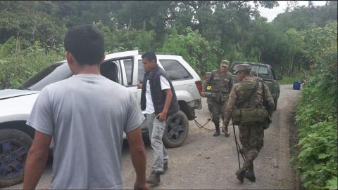 Erick Barrondo sufre accidente y vuelca su vehículo en Quiché