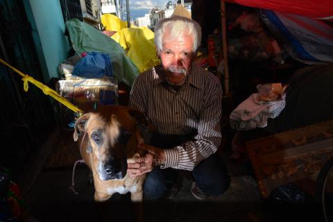 Don Hilman y su lucha por recuperar su casa y cuidar a sus perros