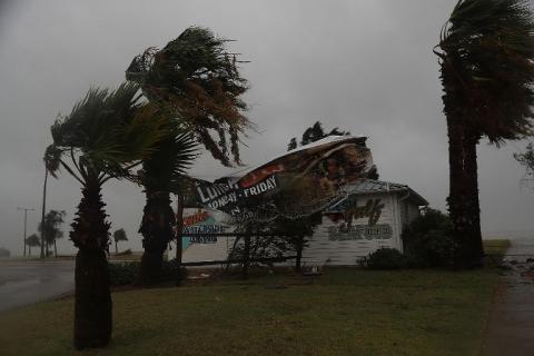 El huracán Harvey tocó tierra y provocó destrozos en Estados Unidos