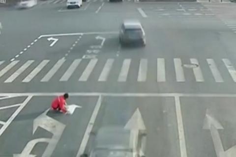 Cansado del tráfico en intersección, hombre señaliza su propia ruta