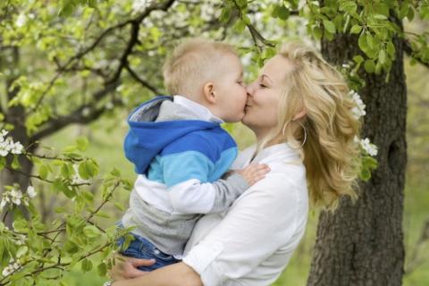 Esta es la razón por la que no debes besar en la boca a tus hijos