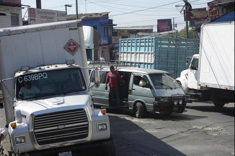 #AtrapadosEnElTráfico: una hora en Cuyotenango entre baches y camiones