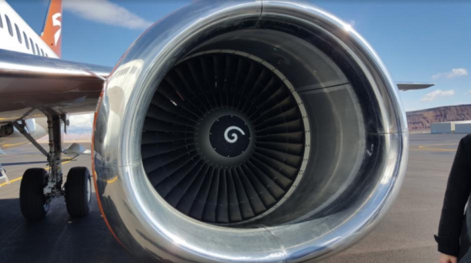 Conoce por qué un avión tiene espirales blancas en los motores