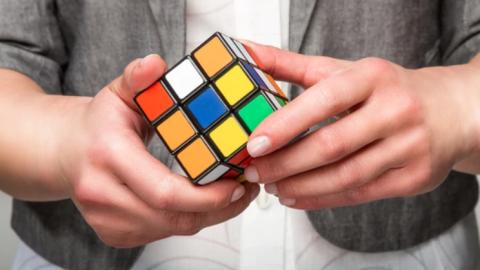 ¿Sabes resolver el cubo Rubik? Con este método lo lograrás en minutos