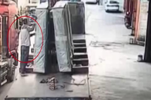 ¡Impactante accidente! Enorme bloque de vidrio sepulta a un hombre