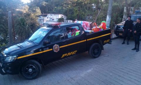 Policías llevan regalos y fiesta navideña a niños de esta lejana aldea