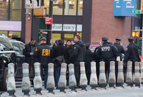 Bomba casera explota en estación de buses en el centro de Manhattan