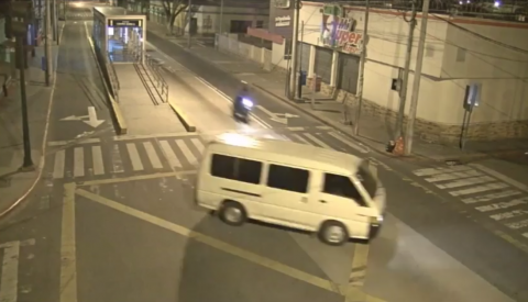 El impresionante video de un motorista atropellado en la zona 6