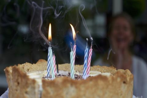 #Viral Mujer sufre graves quemaduras al soplar las velas de su pastel