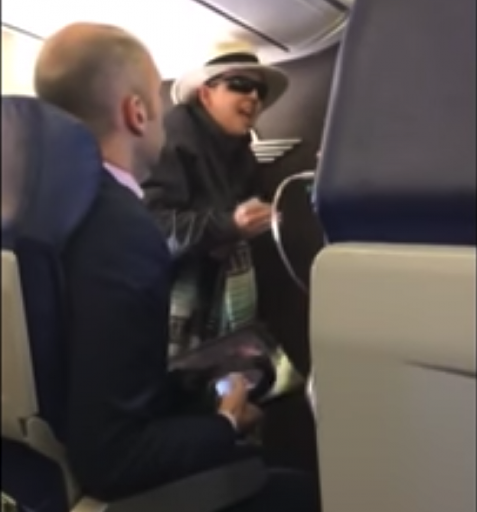 """Pasajera amenaza con """"matar a todos"""" porque no la dejan fumar en avión"""