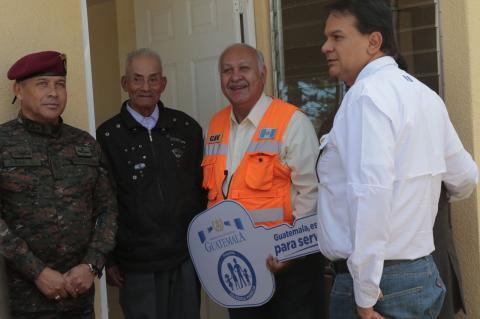 """Ministro a afectados de El Cambray: """"Yo vivo en un lugar como este"""""""