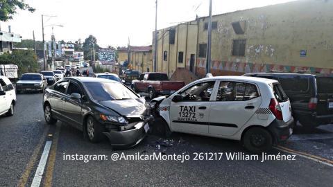 Múltiple colisión complica el tráfico en la zona 13 de la capital