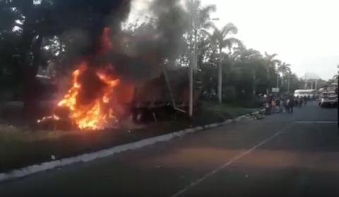Camión incendiado, carro volcado y heridos graves deja este accidente