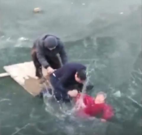 Hombre rompe el hielo con sus manos y realiza un dramático rescate