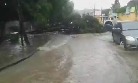 Lluvia provoca inundación de la calle principal de Amatitlán