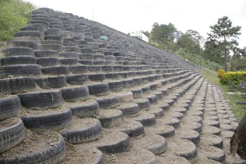 Ayuda a este emprendedor a concluir el ecomuro más grande de Guatemala