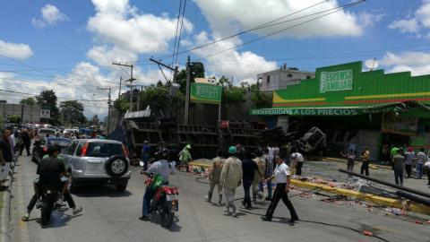 Camión choca contra supermercado y deja heridos en ruta al Atlántico