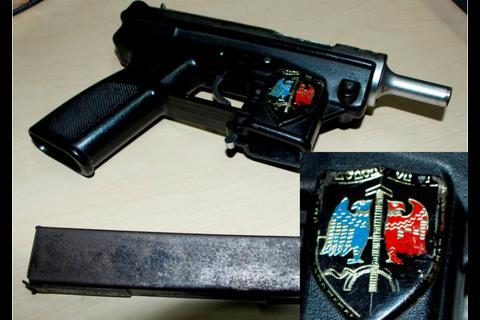 Capturan a una mujer con un arma que tiene un inusual escudo