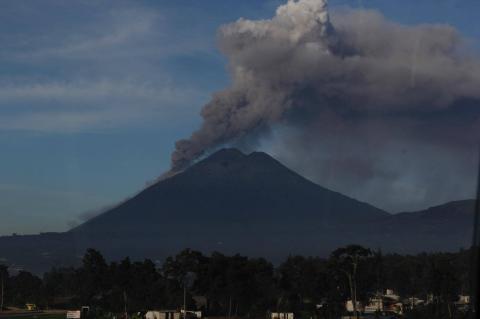 Continúa fuerte erupción de volcán de Fuego