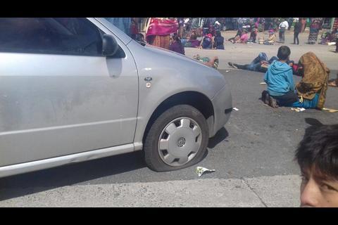 Bloqueos de Codeca: pinchan las llantas de vehículo que intentó pasar