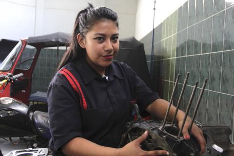 Delmy, la chica que cambió la taquigrafía por la mecánica de motos