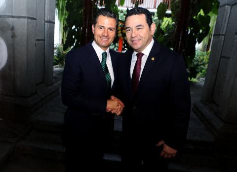 """""""¡Bienvenido, hombre!"""", el recibimiento de Jimmy Morales a Peña Nieto"""