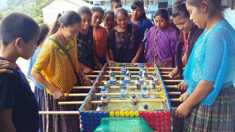 Maestro crea junto con sus alumnos un futillo de materiales reciclados