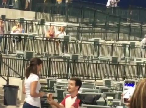 Propuesta de matrimonio de un joven fue rechazada en pleno estadio