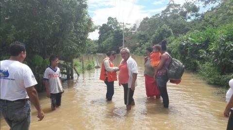 Inundaciones provocan la evacuación de cientos de pobladores en Izabal
