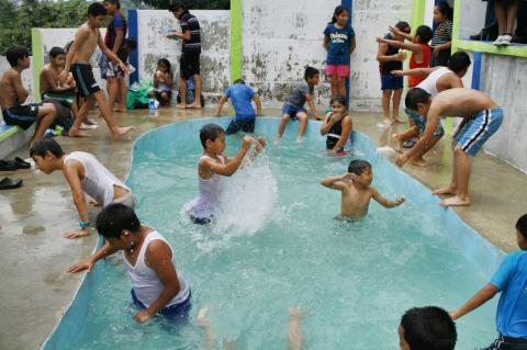 Neto Bran inaugura el primer parque con piscina en Mixco