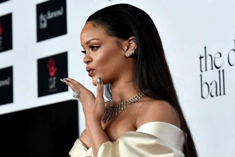 Filtran fotos de Rihanna con un millonario en una piscina
