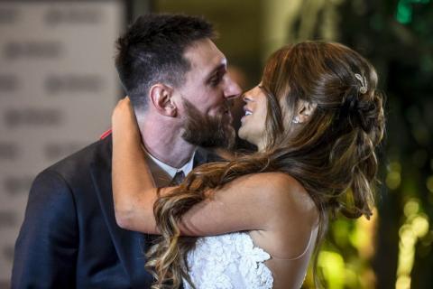 """Lionel Messi y Antonella Roccuzzo saludan tras dar el """"Sí"""""""