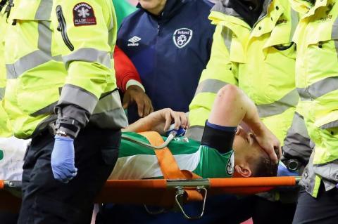 Jugador irlandés recibe entrada fuerte y sufre espeluznante lesión