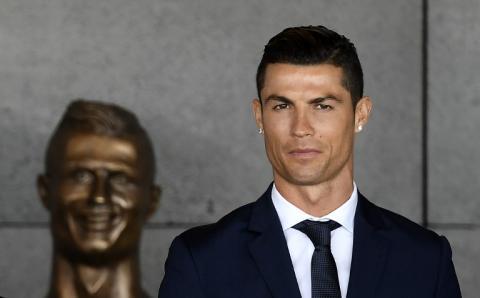 Estatua de Cristiano Ronaldo en aeropuerto es blanco de memes