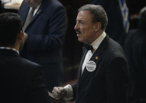 Linares Beltranena protesta con este curioso botón contra EE. UU.