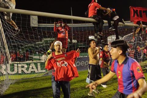 Aficionados de Municipal invaden la cancha y complican festejo