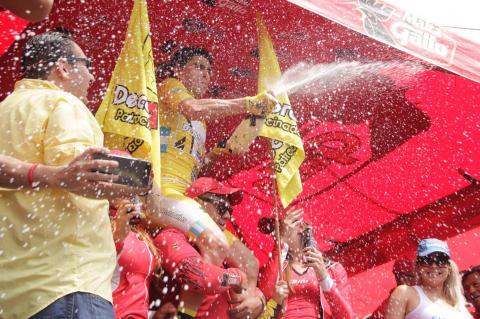 El festejo Manuel Rodas al convertirse campeón de la Vuelta Ciclística