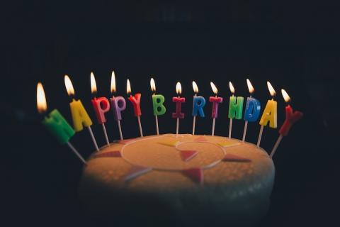 Emotiva reacción del niño que nunca había tenido pastel de cumpleaños