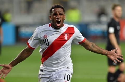 Goleador peruano agrede a un fanático tras la clasificación al Mundial