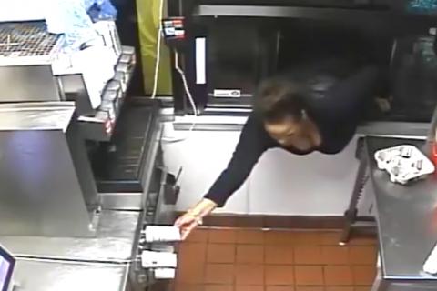 Mujer ingresa por ventanilla de autoservicio y roba todo lo que puede