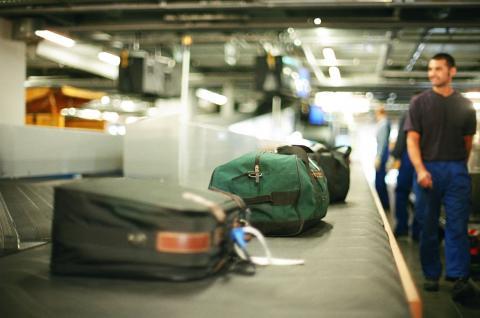 Estos trucos harán que tu maleta entregada en el avión salga primero